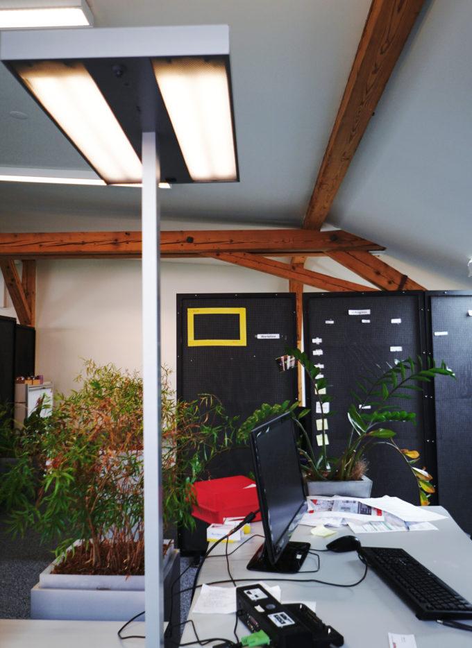 die stehlampe freundliches und gesundes arbeitslicht einrichtungs experte. Black Bedroom Furniture Sets. Home Design Ideas